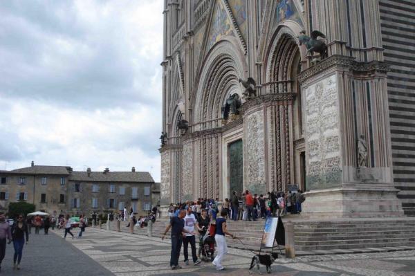 orvieto-duomo-porta-di-bronzo-e-piazza-dsc0733.jpg